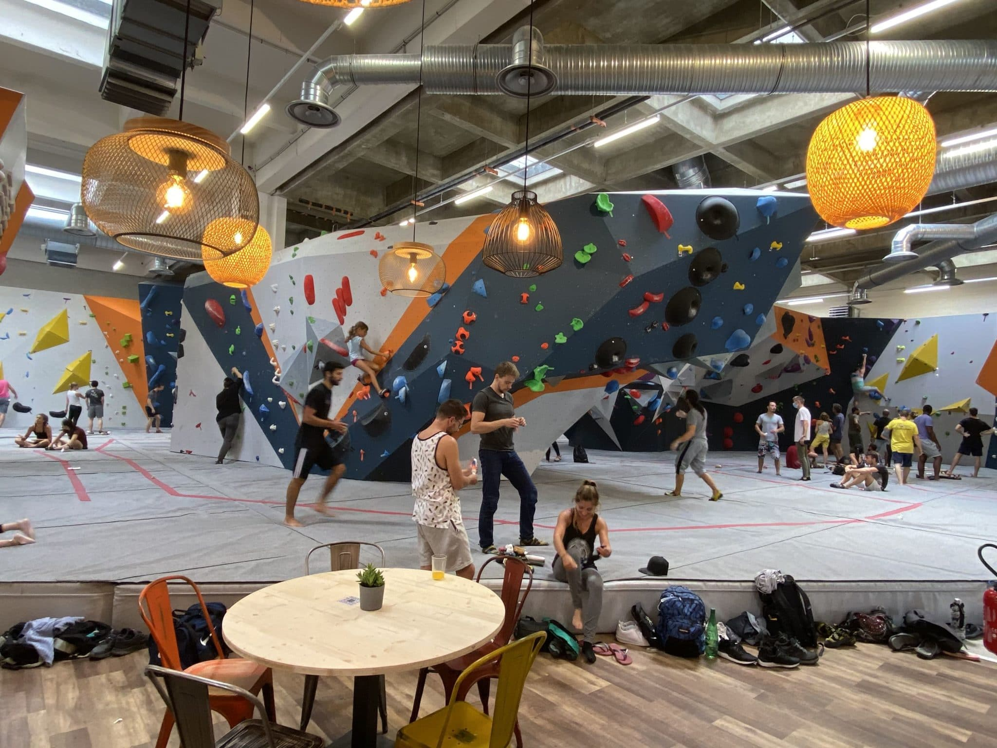 Salle d'escalade. Vertical'Art Rungis. L'escalade de bloc à 20mn de Paris dans le Val-de-Marne. Grimpeurs.