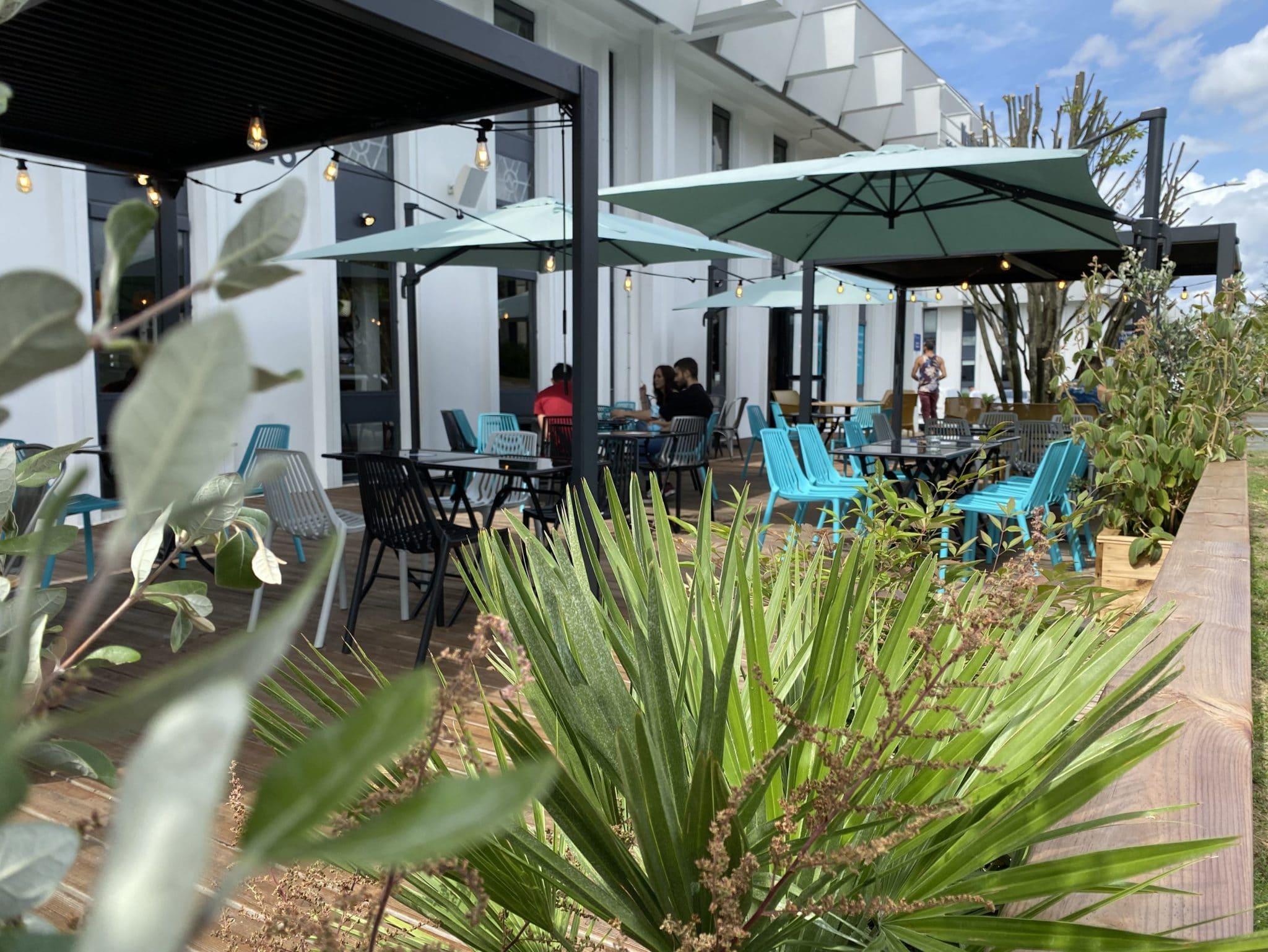 Terrasse du restaurant et bar Vertical'Art Rungis. Salle d'escalade dans le Val-de-Marne.