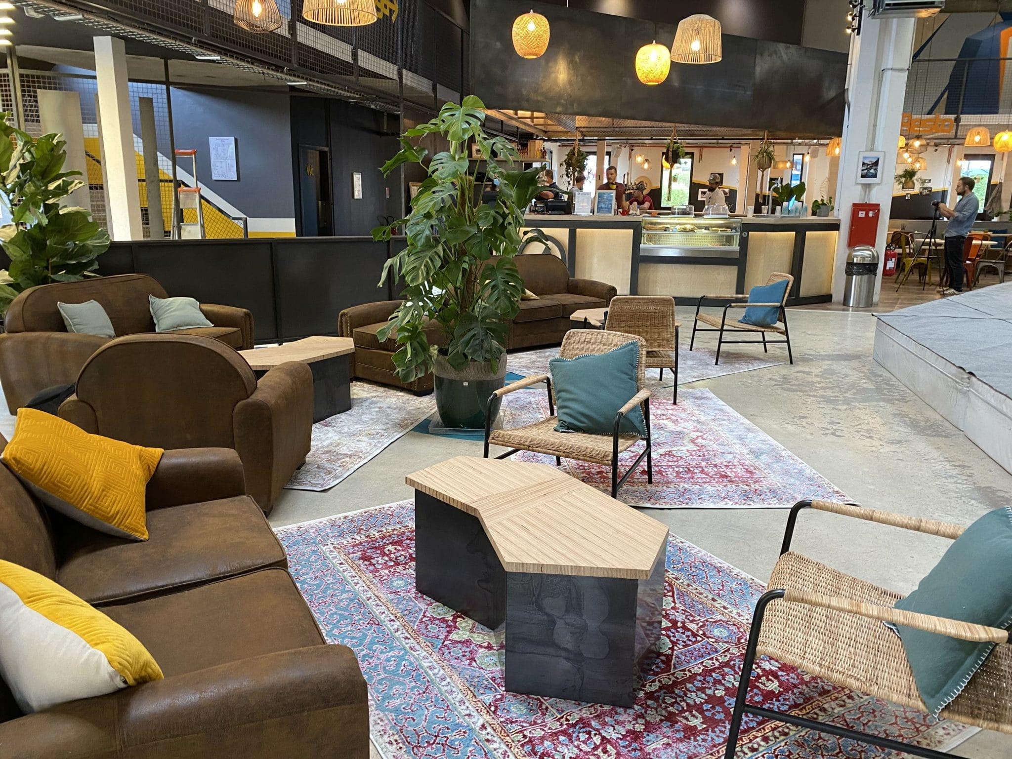 Espace détente salle d'escalade Vertical'Art Rungis. Espace Chill du restaurant et bar face à l'escalade.